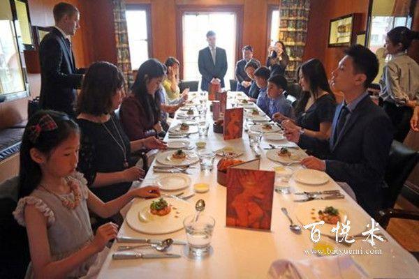 西餐刀叉拿法怎样拿才正确?赴宴去吃西餐要注意哪些西餐礼仪?